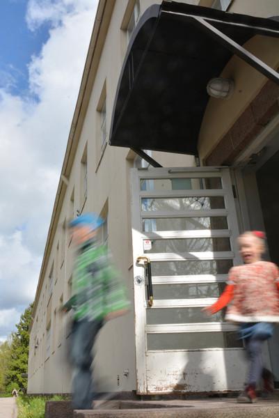 1. Vilho Huima, Kesäloma Vilho Huiman kuvassa tuomaristo ihastui, kun kevät -aihe on hienosti liitetty lapsille läheisen kouluvuoden päättymiseen: koululaiset kirmaavat koulusta kesälomalleen. Melkein kuulee lasten iloiset äänet. Poutapilvet, sinitaivas ja oveen osuva auringon paiste vahvistavat iloisen tunnelman.